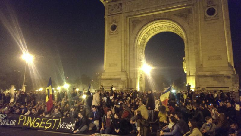 image-2013-10-16-15819302-41-protestatarii-oprit-arcul-triumf