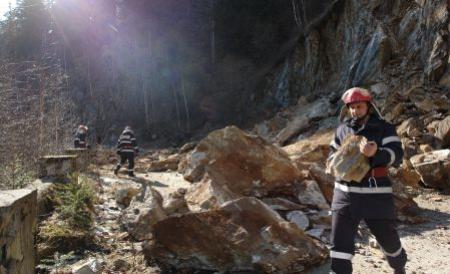 avertisment-pentru-oferi-asupra-riscului-caderii-de-pietre-de-pe-versanti-pe-valea-oltului-246665