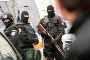 politisti-se-cauta-arme-si-trofee-de-vanatoare