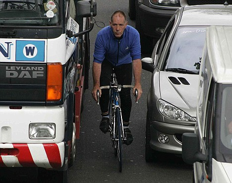 05/08/2005........CYCLIST ON THE EMBANKMENT  .PIC CAVAN PAWSON