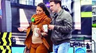 Daca pana nu demult se zvonea ca Dan Sova s-a despartit de iubita sa, deputatul Catalina Stefanescu, cu care trebuia sa faca nunta dar pe care au amanat-o din cauza cercetarii DNA, lucrurile se pare ca nu stau tocmai asa si cei doi sunt in continuare impreuna. Ei au fost surprinsi in timp ce isi luau o cafea dintr-un centru comercial din zona Vitan. Foarte lejer imbracati, ei par ca formeaza in continuare un cuplu chiar daca Dan Sova este cercetat de DNA. Ba mai mult, dupa cum se poate vedea din imagini Catalina a facut un pic de burtica si este foarte posibil ca aceasta sa fie semnul unei sarcini. Trebuie spus ca deputatul Catalina Stefanescu este fosta secretara a lui Liviu Dragnea si in trecut s-a mai iubit cu Vlad Cozma, deputat prahovean cercetat si el penal.