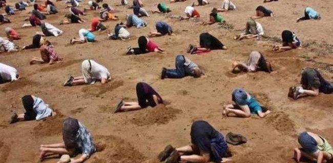 protest-bizar-in-australia-zeci-de-militanti-ecologisti-si-au-ingropat-capul-in-nisip-pe-o-plaja-din-sydney-18497014
