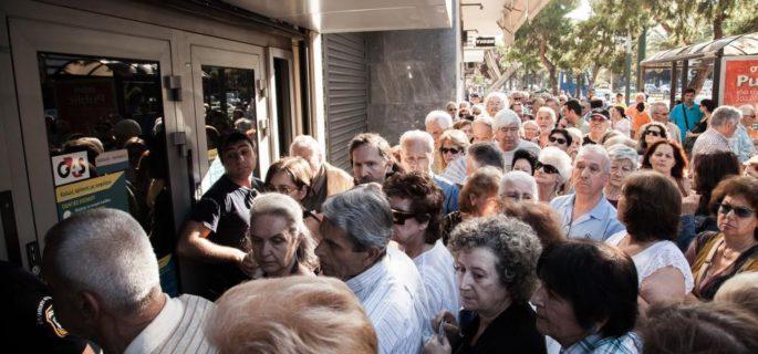 fotografii-cu-cozile-de-pensionari-greci-care-au-incercat-sa-si-retraga-banii-de-la-banci-713-286-1435843654