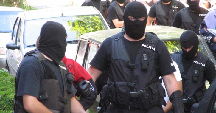 Percheziţii în Vâlcea pentru trafic de droguri şi pornografie infantilă