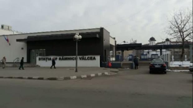 Situaţie incredibilă la Râmnicu Vâlcea. Gara nouă stă închisă, călătorii aşteaptă în condiţii mizerabile VIDEO