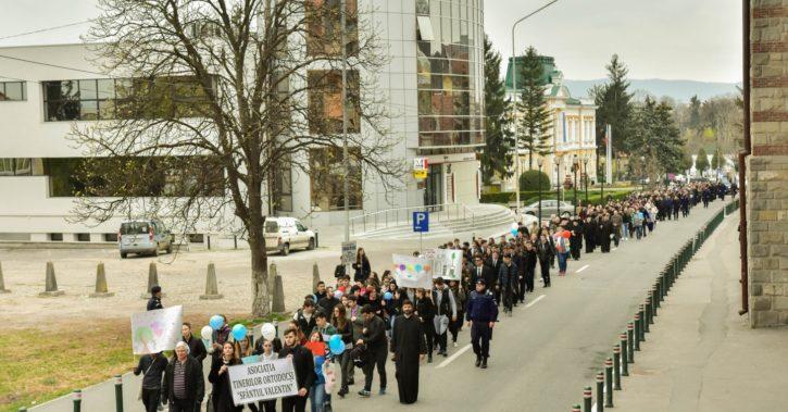 500 de tineri prezenţi în RâmnicuVâlcea la Marșul pentru viață 2017 – Ajută Mama și Copilul! Ei depind de tine!
