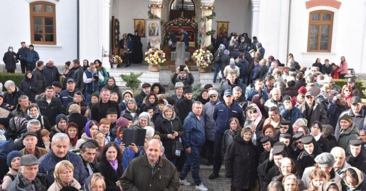 Sute de credincioși din toată ţara s-au închinat la racla Sfântului Grigorie Decapolitul de  la Mănăstirea Bistriţa