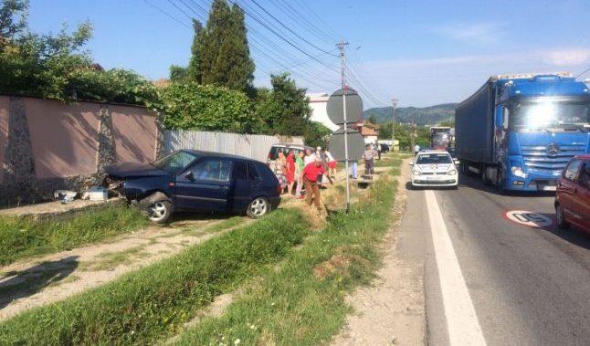 O şoferiţă a pierdut controlul pe DN 7, pe Dealul Negru, iar maşina s-a oprit într-un gard