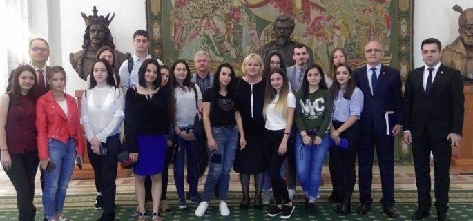 elevi-Horezu-la-Parlament