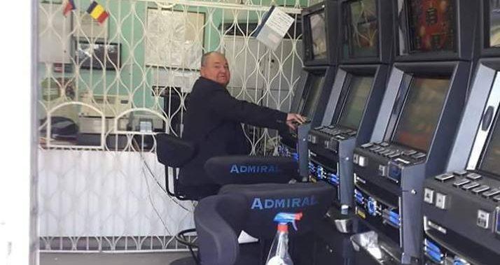 FOTO – Primarul din Berbesti joaca la… pacanele