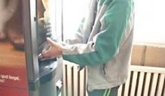 un-tanar-fugit-dintr-un-centru-de-plasament-din-ramnicu-valcea-prins-de-politisti-in-timp-ce-incerca-sa-sparga-un-automat-de-cafea-18645904