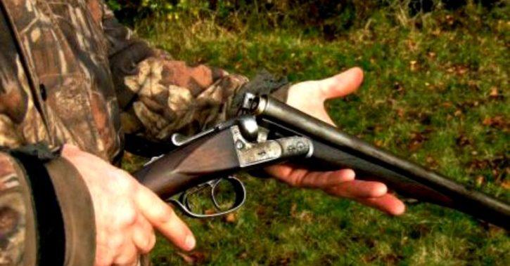 Armă abandonată la marginea unei livezi din Vâlcea. Prima ipoteză a polițiștilor