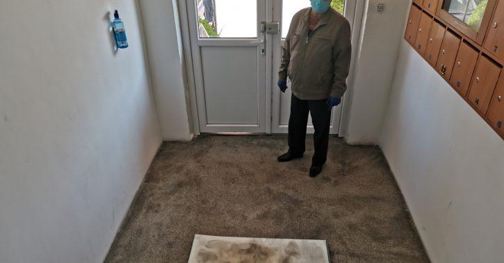 Sute de scări din municipiu au deja montate covoraşele dezinfectante şi pulverizatoarele pentru dezinfecţia mâinilor