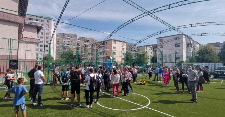 Primarul Mircia Gutău a inaugurat terenul de sport de lângă Grădiniţa Ostroveni 2 – acces gratuit pe cea mai nouă facilitate sportivă a oraşului
