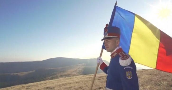 """VIDEO – Un jandarm a cântat la pian imnul """"Deșteaptă-te, române"""", la 1700 de metri altitudine, in Muntii Valcii"""