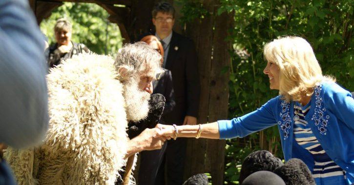 Prima Doamnă a Statelor Unite ale Americii impresionată de Nea' Sandu, cunoscutul meşter opincar vâlcean