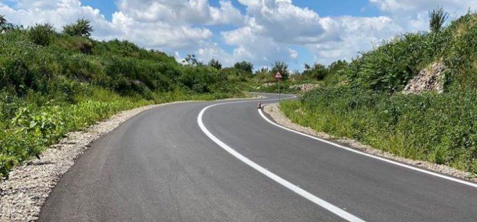 valcea-cj-asfalteaza-un-drum-ce-faciliteaza-accesul-turistilor-spre-zona-ciungetu-696x422