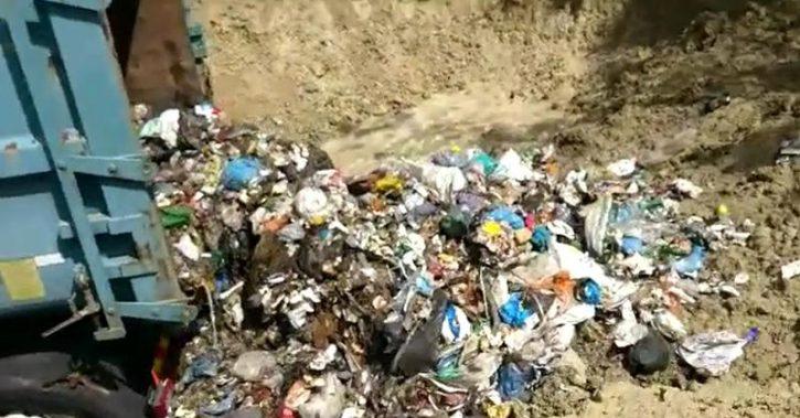 VIDEO – Şeful Gărzii de Mediu anunţă că a fost găsită o groapă ilegală de gunoi, administrată chiar de către Primaria Fartatesti. Fiul primarului este seful Agentiei de Mediu Valcea!!!
