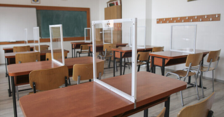 Peste 400 de elevi și profesori din Vâlcea, testați pozitiv cu COVID. 19 școli au trecut integral în online